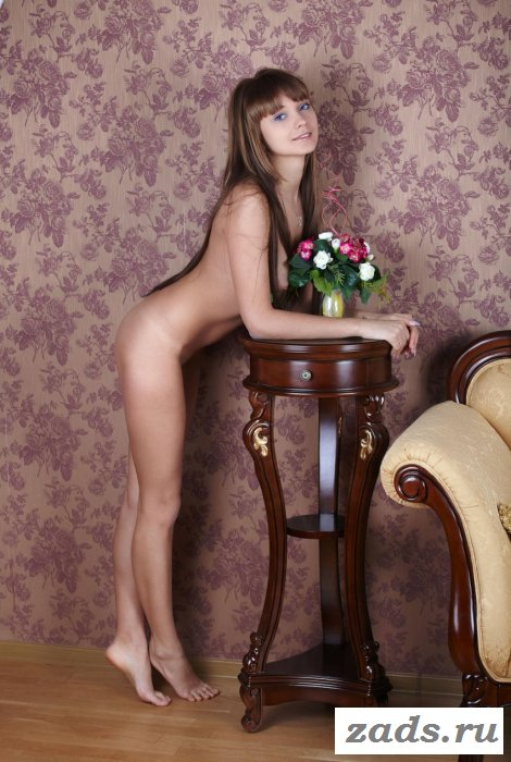 Обнажённая восемнадцатилетняя куколка на диване (10 фото)