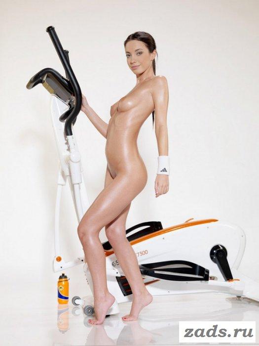 Обнажённая брюнетка занимается на тренажёре (10 фото)