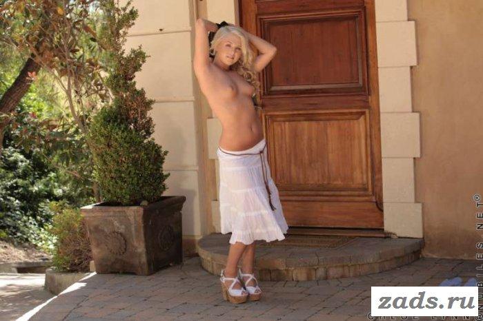 Беленькая совершеннолетняя сверкает своей невинной писей в эротике (10 фото)