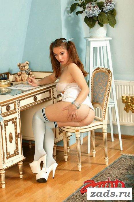 Восемнадцатилетняя голая девочка за партой (10 фото)