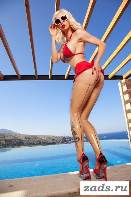 Сногсшибательная блондинка в латексном откровенном бикини
