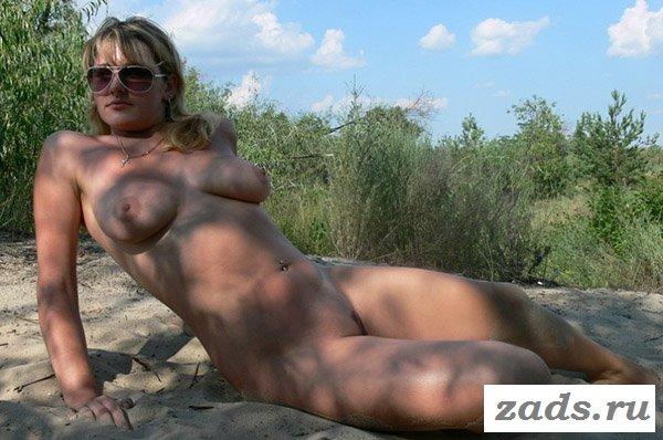 Женщина без одежды на пляже
