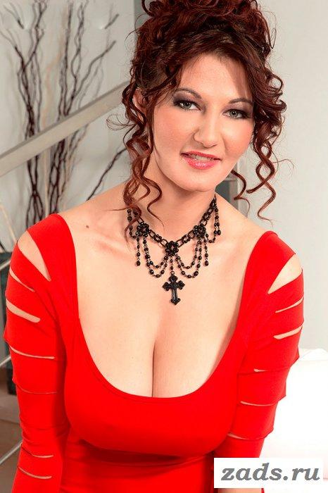 Женщина в элегантном красном платье