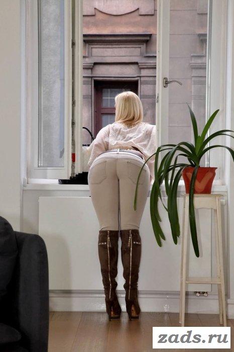 Обалденные девушки в обтягивающих джинсах