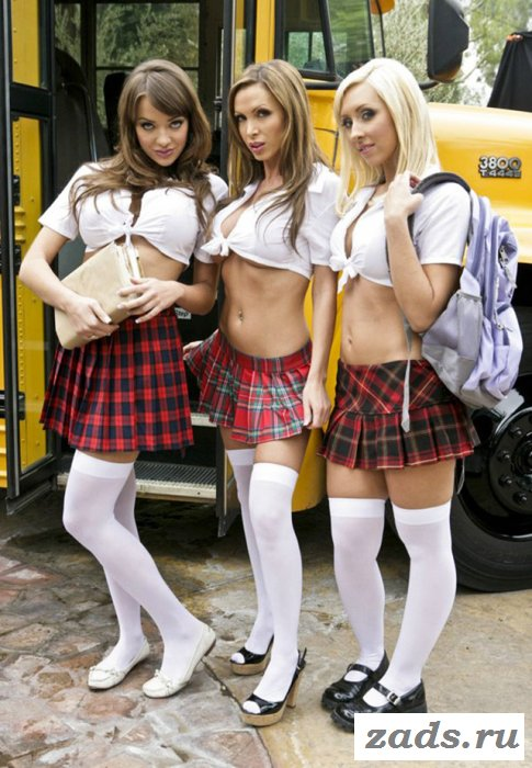 Три подруги задирают юбки около автобуса