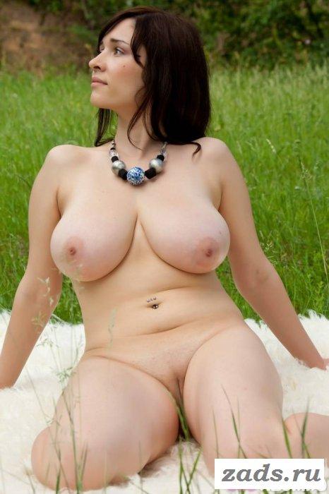 Сиськастая брюнетка на эротическом пикнике