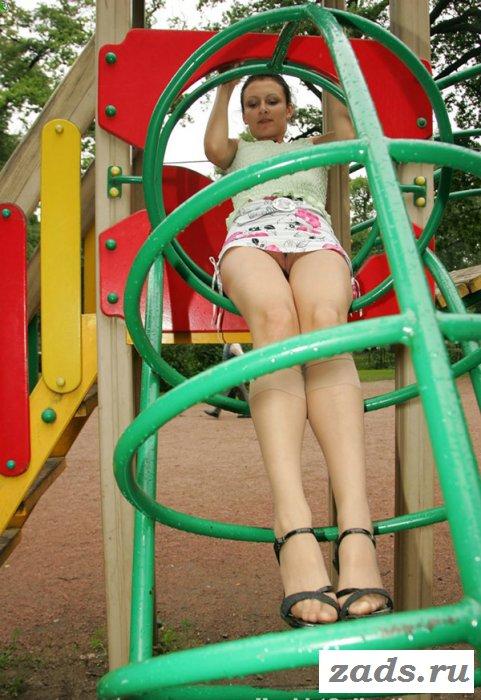 Развлечение девки на детской площадки