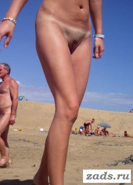 Бабы трусят на пляже сиськами