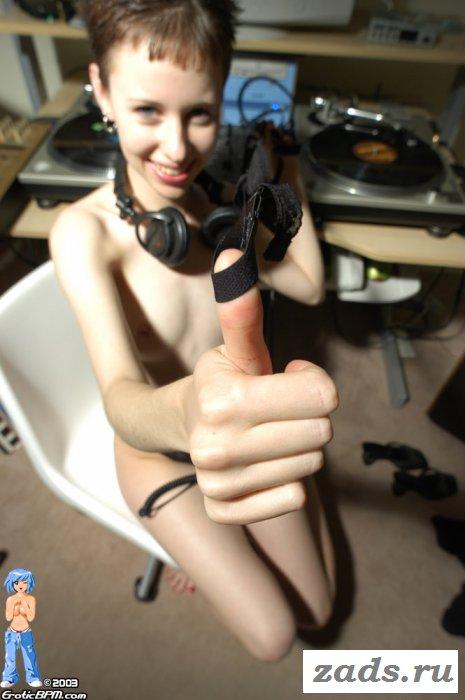 Восемнадцатилетняя меломанка с мелкими смешными сиськами