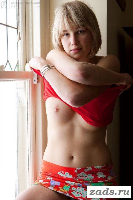 Девка в юбке показала мохнатую киску