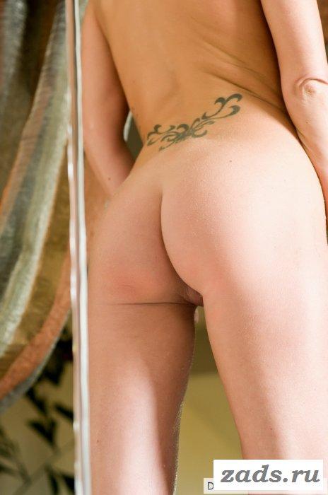 Голенькая блондинка с гладкой попкой в душе