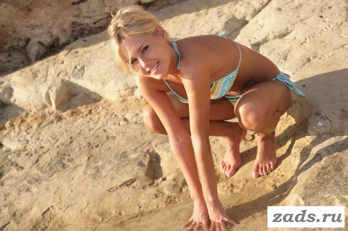 Голая блондинка на пляже Ибицы