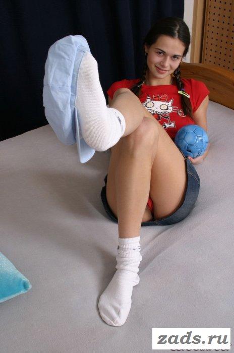 Голожопая девственница в короткой юбке