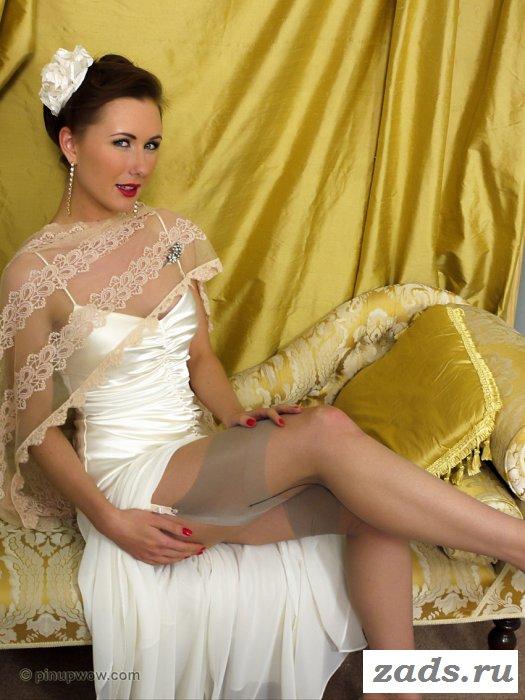 Кокетливая баба в платье с сексуальными ножками