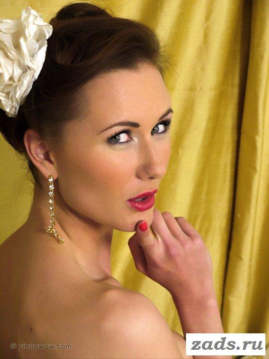 Красивая девушка в белоснежном платье