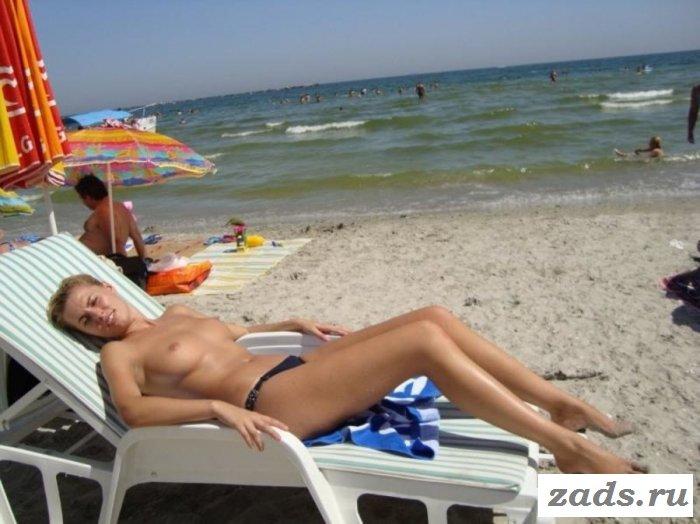 Телочки без лифчика украшают пляж