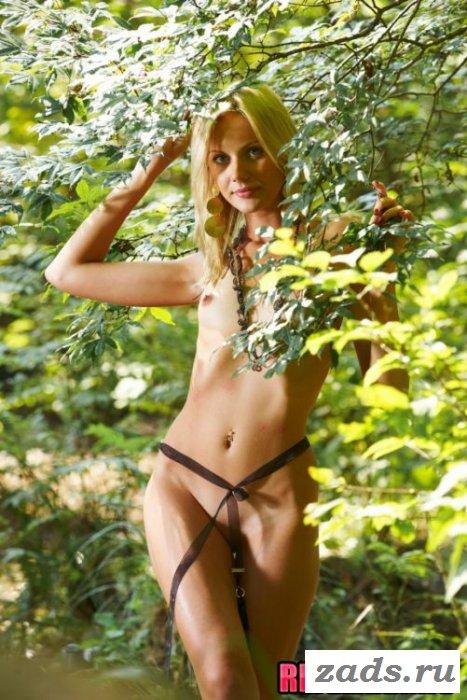 Худосочная белокурая барби в лесу