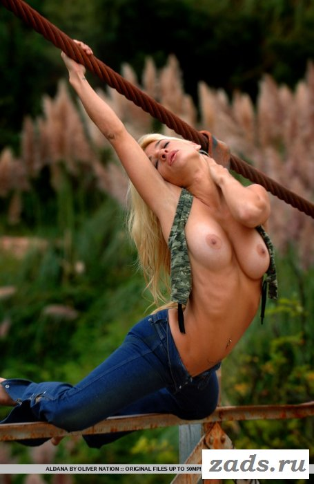 Изящная фигура блондинки в джинсах