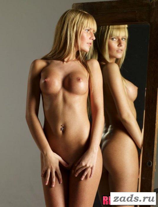 Шикарная блондинка перед зеркалом