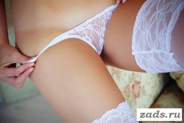 Великолепная красавица в белоснежной эротике