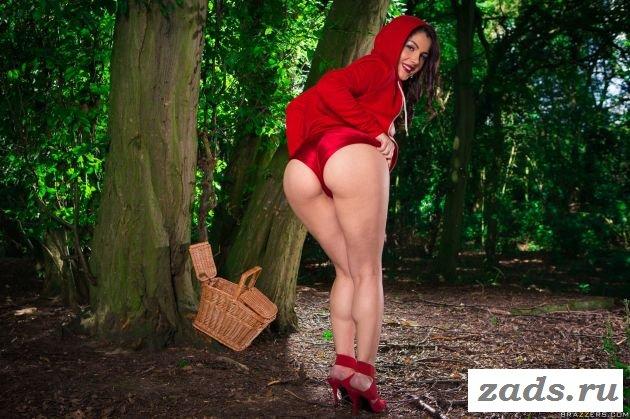 Красная шарочка устроила стриптиз в лесу