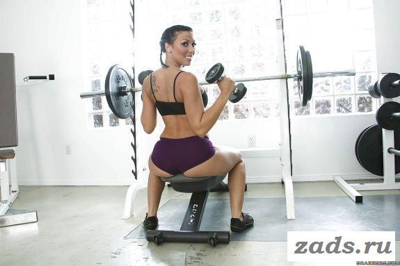 Спортсменка занимается в тренажерном зале