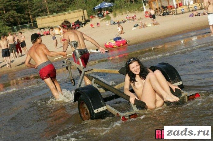 Девушка разделась на общественном пляже