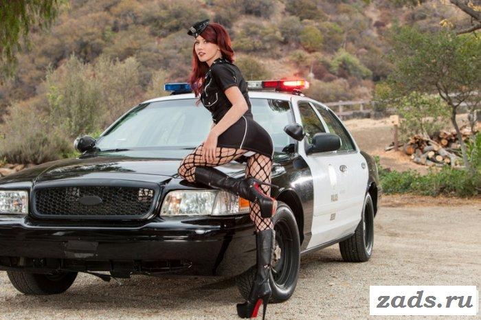 Девушка из полиции в высоких сапогах