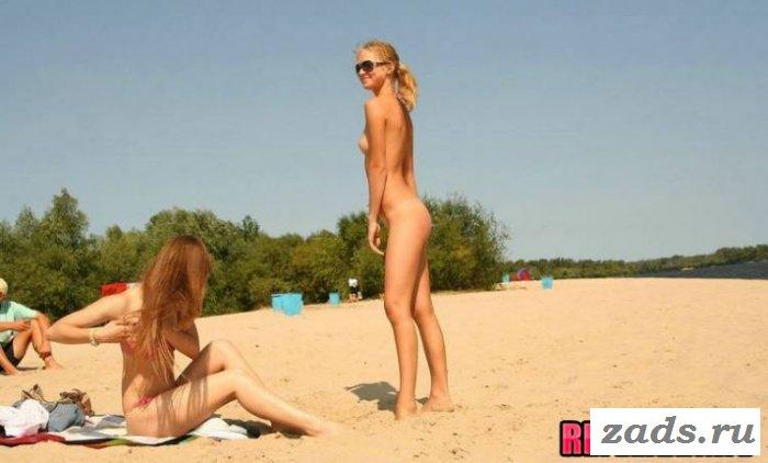 Наблюдаем со стороны за нудистками на пляже