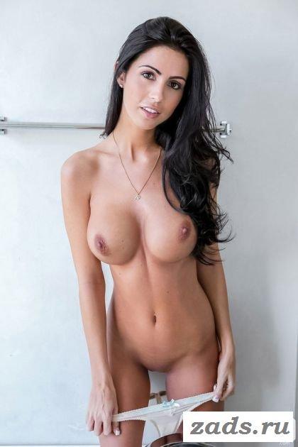 Обнажённая красавица с привлекательным телом