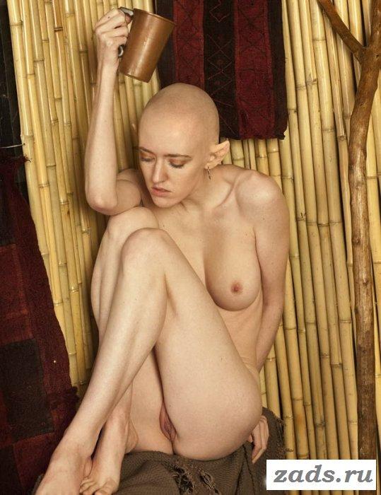 Худое тело голой лысой женщины