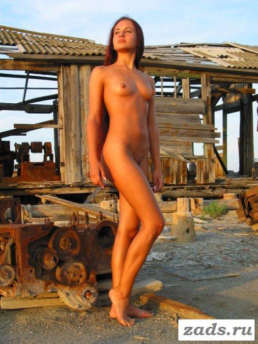 Голая смуглая девушка на производстве