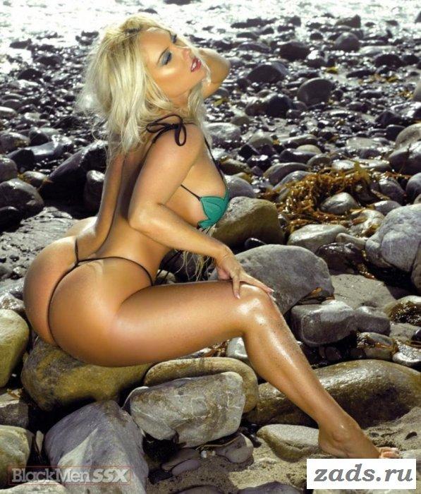 Сочная женщина голая на пляже