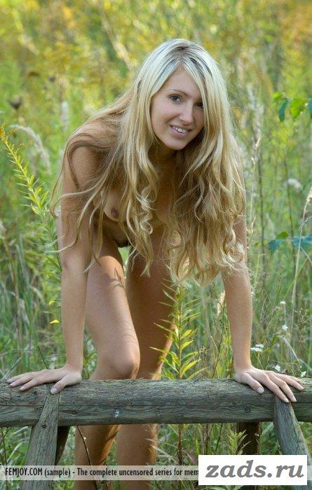 Девушка голая без трусов