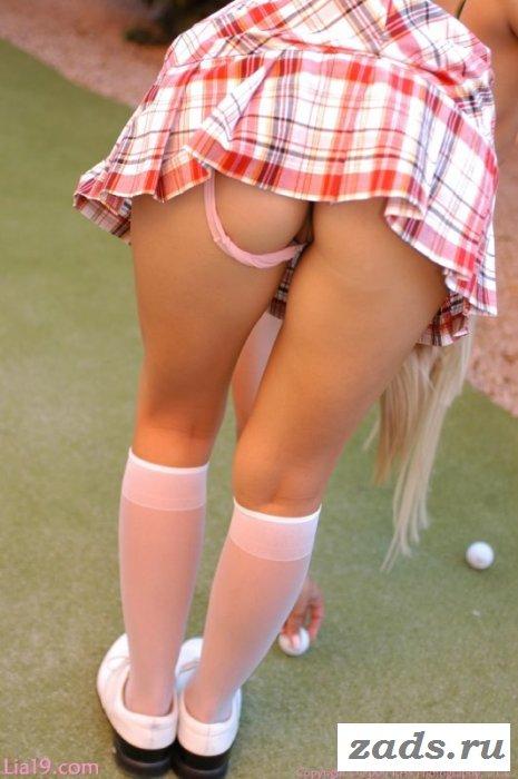 Девушка голая в юбке играет в гольф