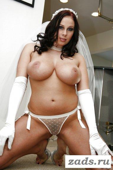 Сексуальная невеста и её обнажённая грудь