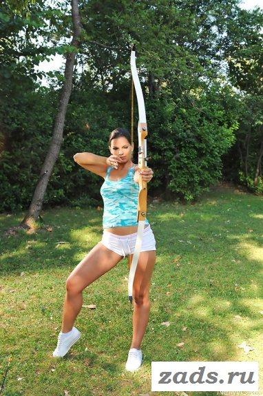Эротическая тренировка в лесу с луком