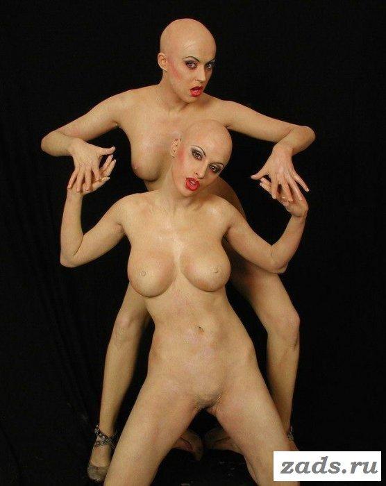 Круто позируют обнажённые лысые девушки