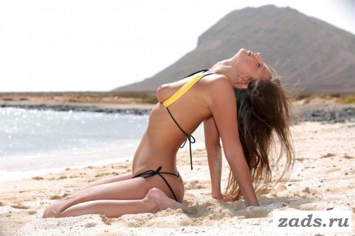 Тощая малышка в пляжной эротике