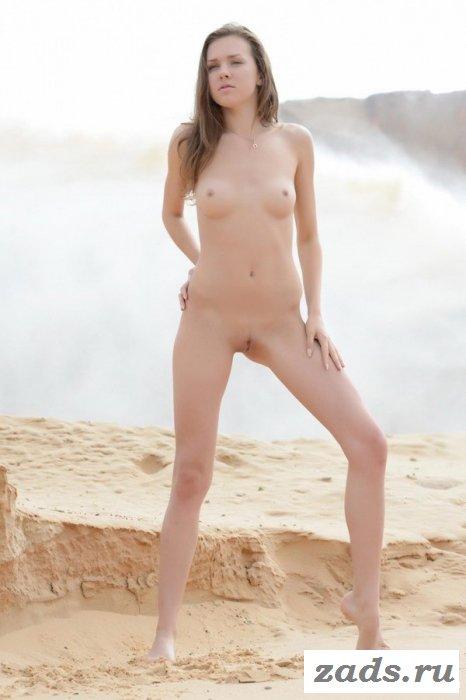 Длинноногая сексуальная нудистка на фото