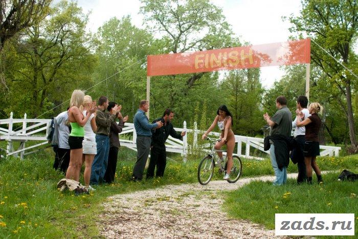 Участвуют в соревнованиях раздетые велосипедистки
