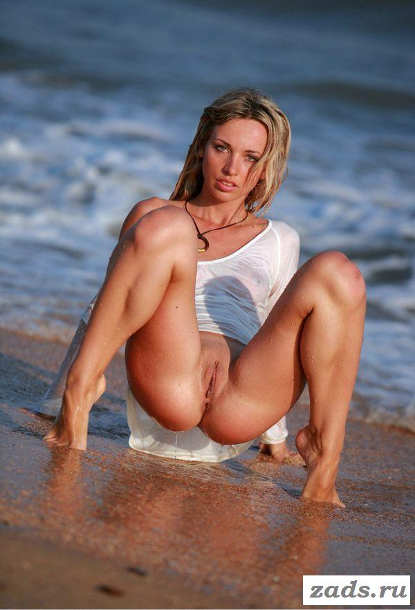 Раздвигает ножки крошка на пляже