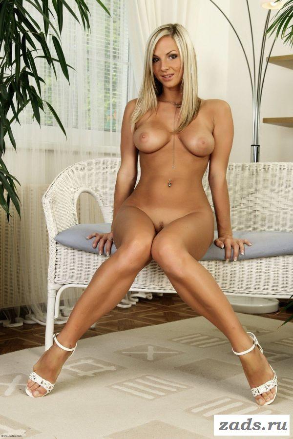 Страстная голая красавица с бритой пиздой