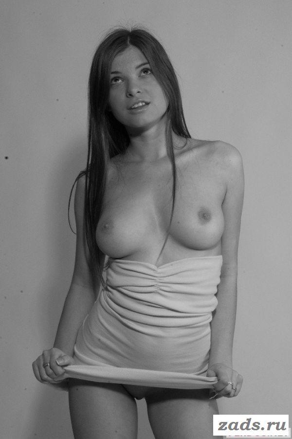 Молодая девственница раздвинет ножки для фотосета