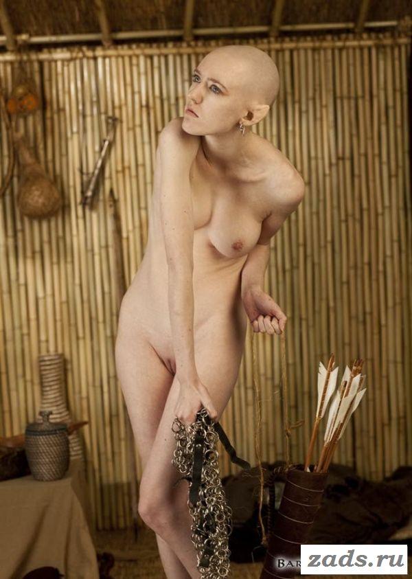 Лысые голые девушки в сексуальных позах