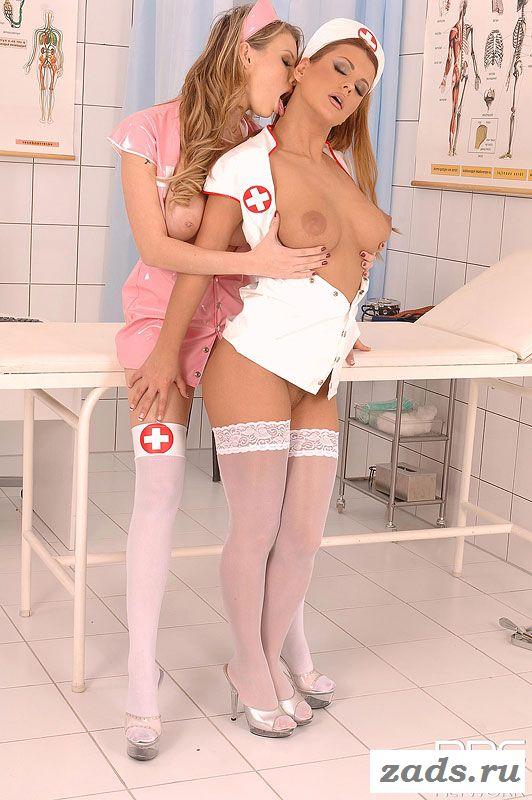 Медсестры на шпильках ласкают друг дружку