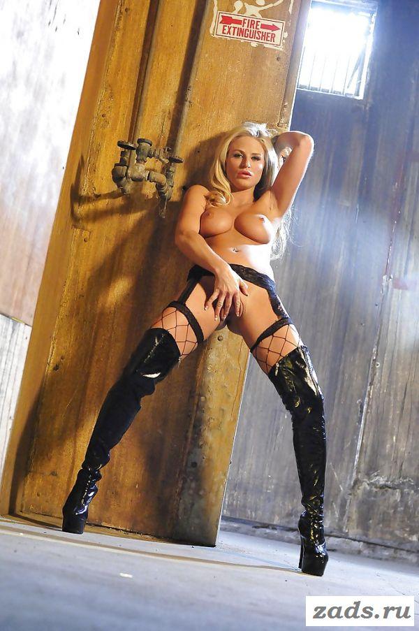 Горячая блондинка расставит ножки в сапогах