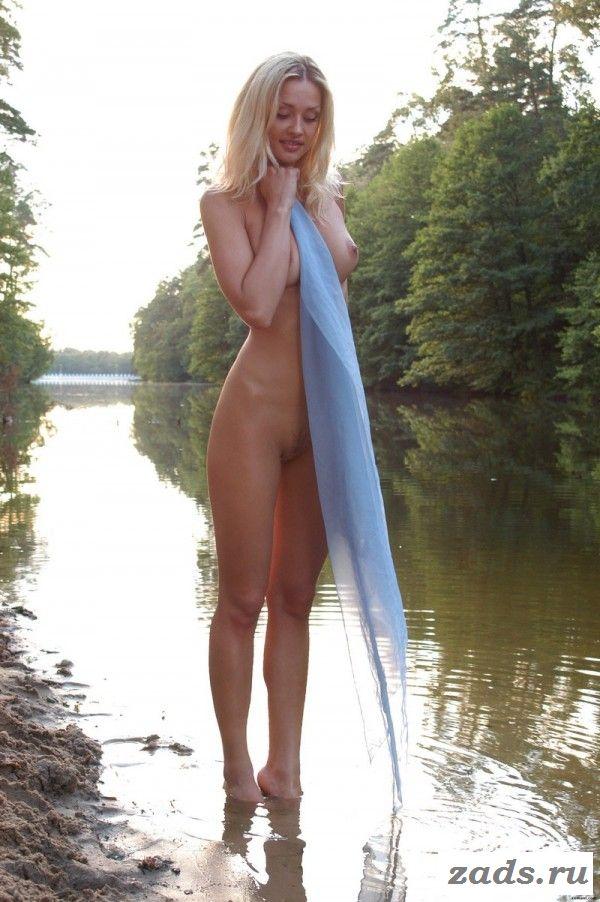 Обнаженная блондиночка с хорошими сиськами позирует