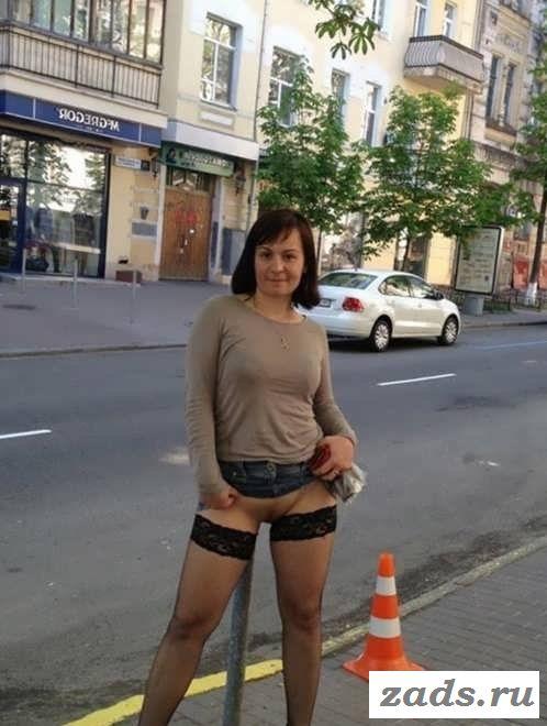 Голая теща позирует на улицах города