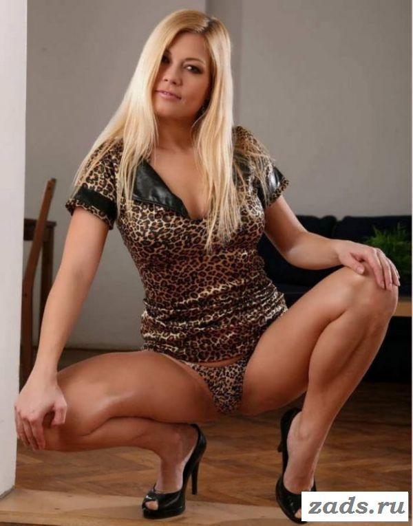 Голая баба позирует в леопардовом белье